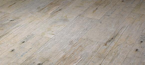 Strapaziefähiger Feuchtraumboden im Holzdekor